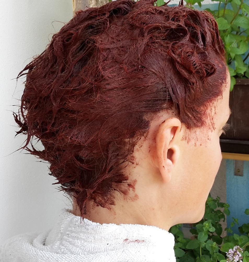 ... vlasy nechat minimálně 48 hodin bez dalšího barvení. Barva díky kyslíku  ještě pracuje a po dvou dnech je ustálená. Barvila bych nejdříve za 14 dní. fdedda4996b